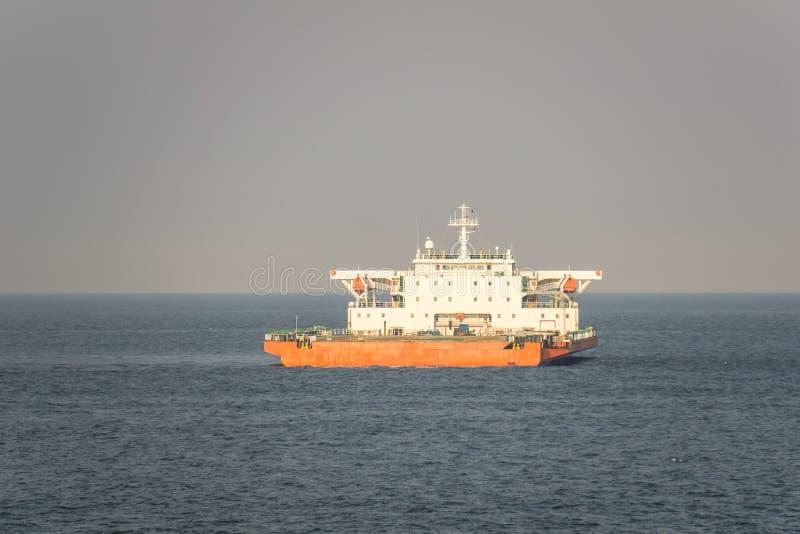 Ancore arancio e bianche della nave da carico di progetto di colore nella s aperta fotografie stock
