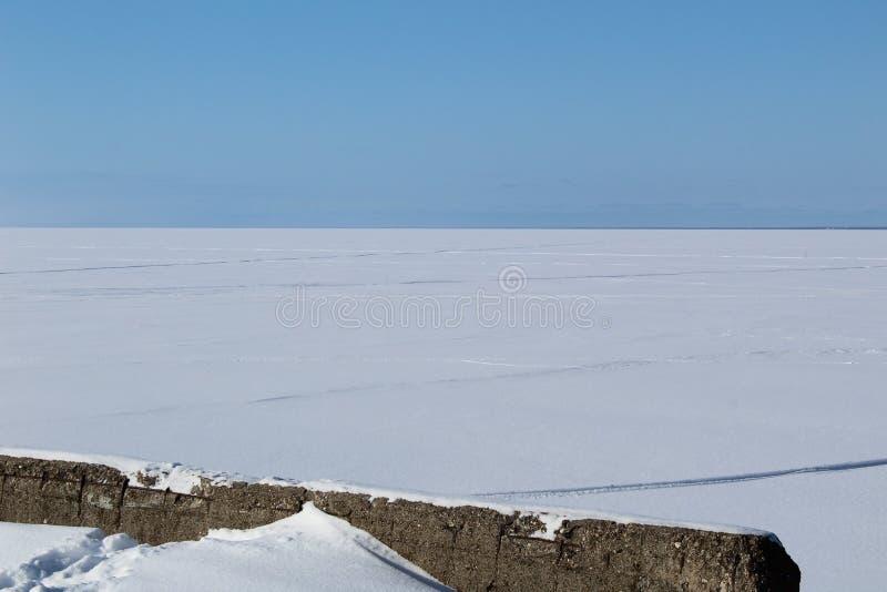 Ancori sul lago bianco innevato della regione di Vologda fotografie stock