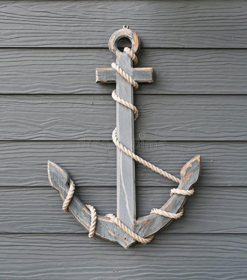 Ancrage en bois avec corde sur fond de mur en planches de bois photos stock