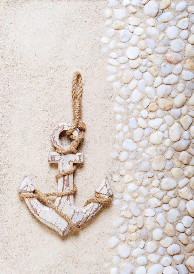 Ancre décorative sur le sable de mer image stock