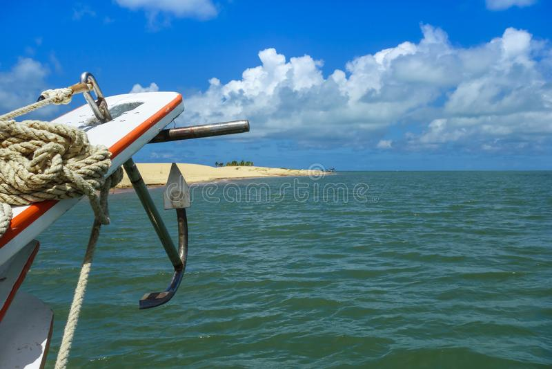 Ancre de bateau, île de sable et mer photographie stock libre de droits