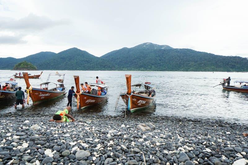 Ancre de bateau de pêcheur et de longue queue sur le Hin Ngam Satun rentré par île Thaïlande image stock
