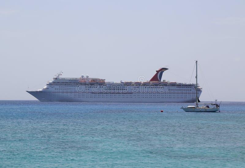 Ancres de bateau de croisière de paradis de carnaval au port de George Town, Grand Cayman photographie stock libre de droits