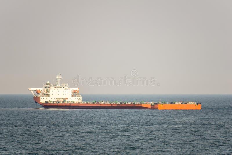 Ancres oranges et blanches de cargo de projet de couleur en mer ouverte photographie stock