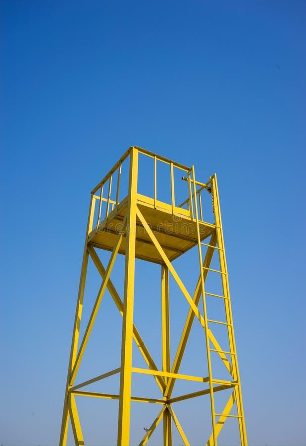 Andaime amarelo para projetar no céu azul imagem de stock royalty free