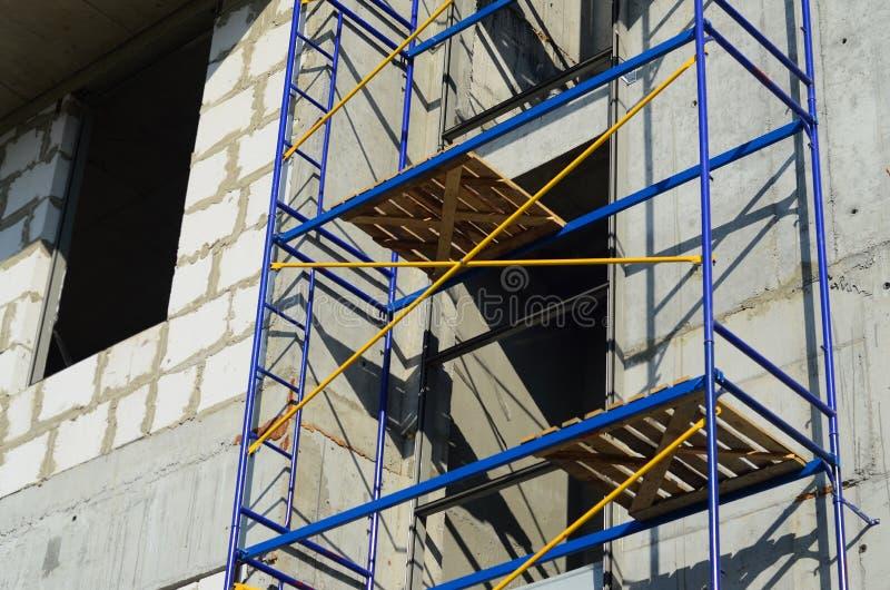 Andaime azul e amarelo da construção de uma construção do russo sob a renovação imagem de stock royalty free