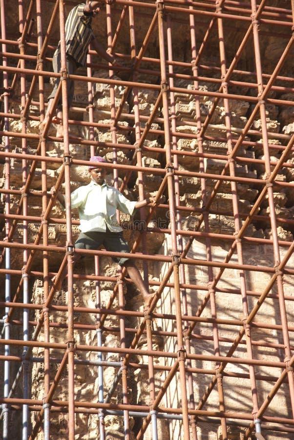 Andaime do ferro da escalada dos trabalhadores imagem de stock
