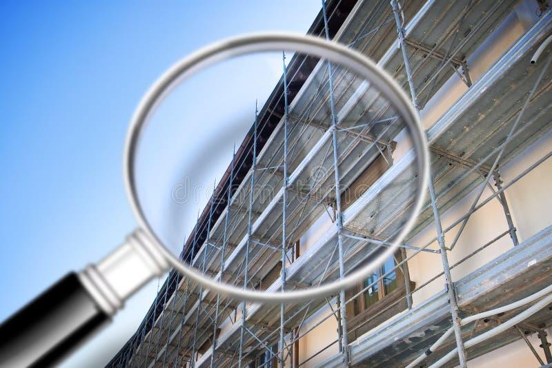 Andaime do metal com grade plástica para a restauração e a reconstrução da fachada do emplastro de uma construção velha - conceit fotografia de stock