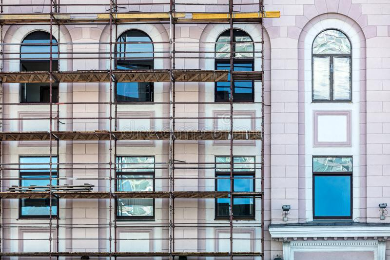 Andaime durante o reparo da fachada Renovação da construção imagens de stock