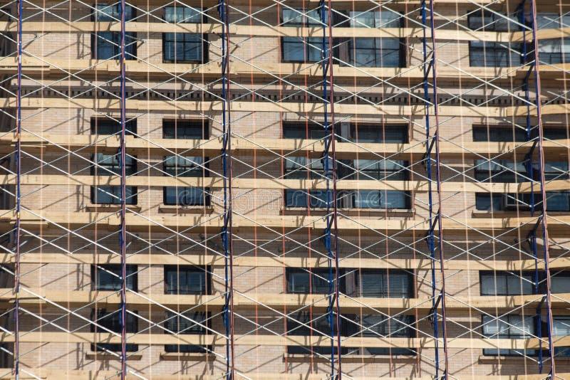 Andaime em uma construção renovada, uma rede que convering o buildin fotografia de stock royalty free