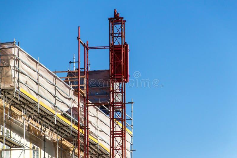 Andaime na casa Obras na reconstrução da casa Andaime do metal imagem de stock royalty free