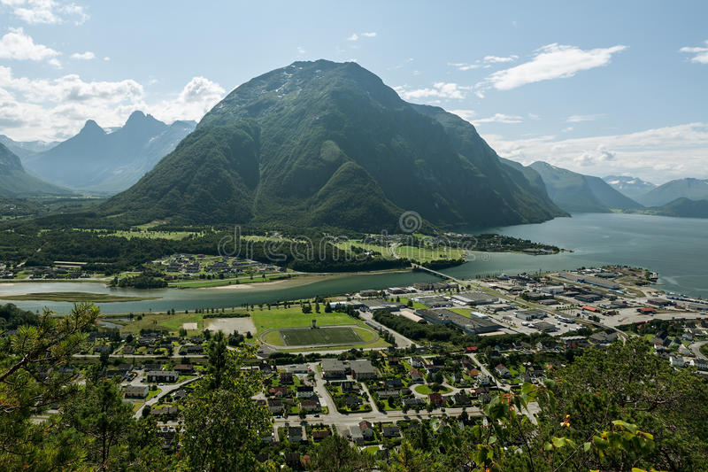 Andalsnes Leirplass山全景在挪威 免版税库存照片