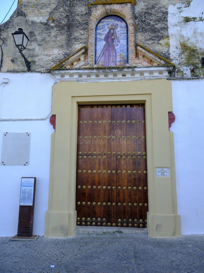 Andalucia kyrklig ytterdörr i staden av Arcos de la Frontera arkivfoton