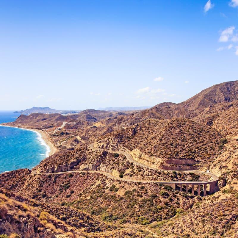 Andalusia landskap. Väg i Cabo de Gata Park, Almeria. Spanien royaltyfri fotografi