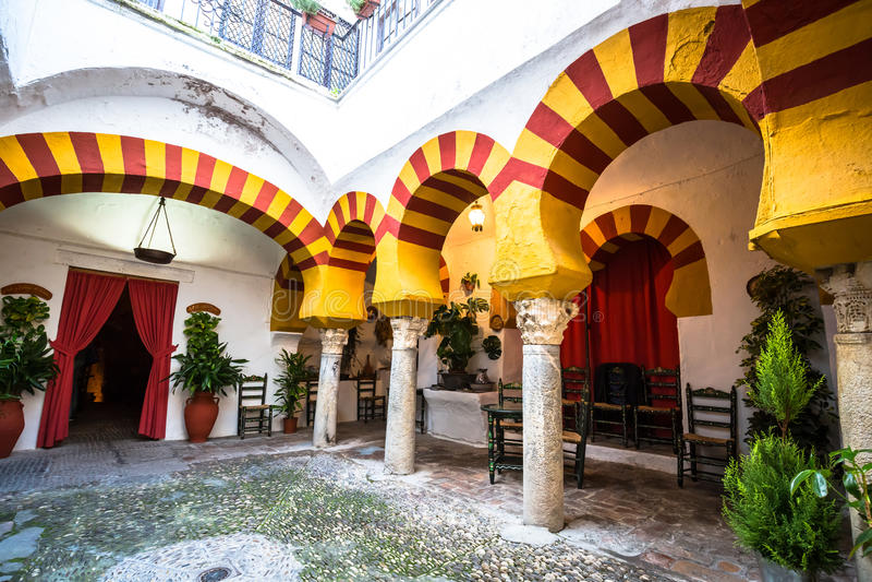 Andalusian uteplats i Cordoba, Spanien royaltyfri bild
