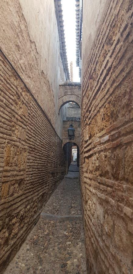 Andalusische schmale Ziegelsteinstraße lizenzfreies stockbild