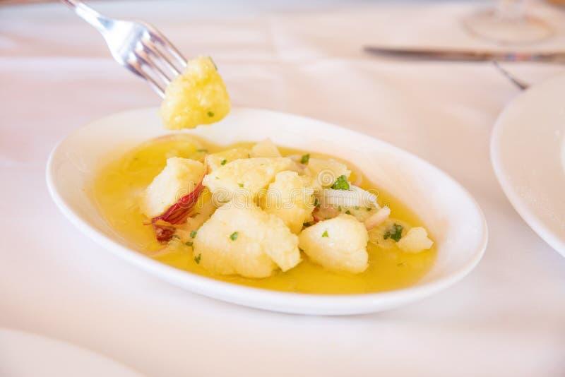 Andaluzyjska kartoflana sałatka w białej tacy i rozwidlenie bierze kawałek zdjęcia stock
