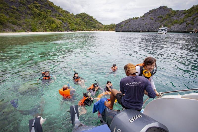 Andaman hav myanmar - may5,2017: asiatiskt turist- snorkla i klart och grunt vatten av gränsen för hav för andaman för ö för nyan arkivfoton