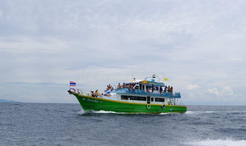 Andaman hav, Thailand - Oktober 26, 2013: passagerareseglingskepp i öppen havcloseup royaltyfria bilder