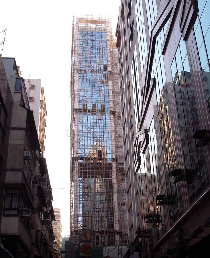 Andamio de bambú, un material de la asamblea, rodeando un edificio alto en Hong Kong fotografía de archivo libre de regalías