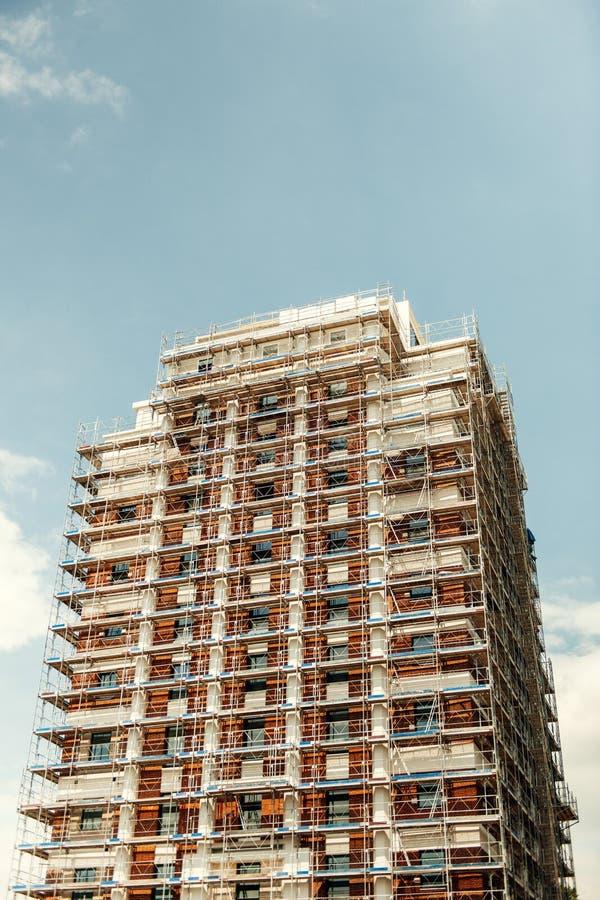 Andamio de la construcción en un edificio alto del rascacielos imagen de archivo