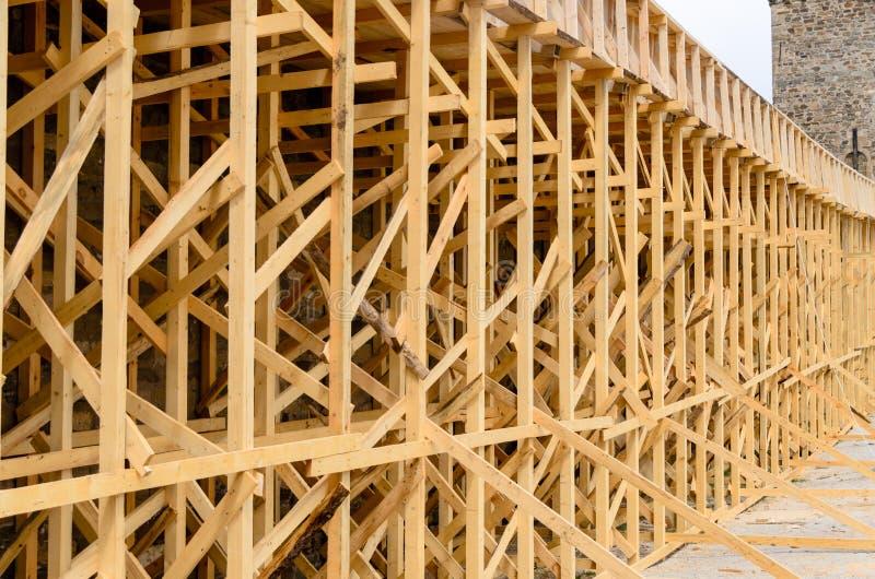 Andamio de madera en el exterior del edificio fotos de archivo libres de regalías