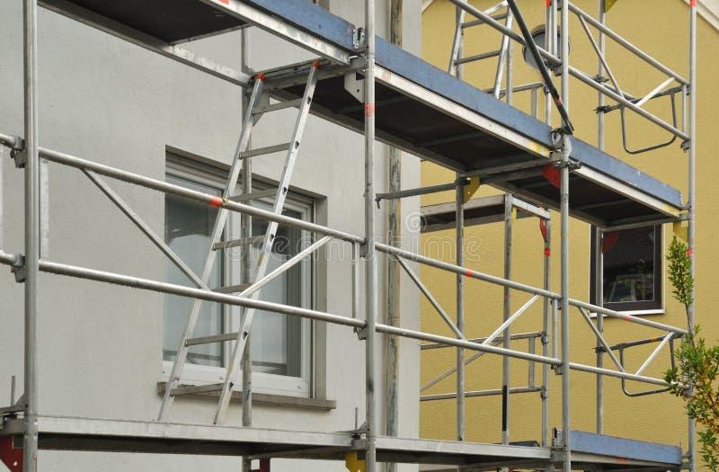 Andamio del metal en el edificio residencial bajo renovación fotografía de archivo