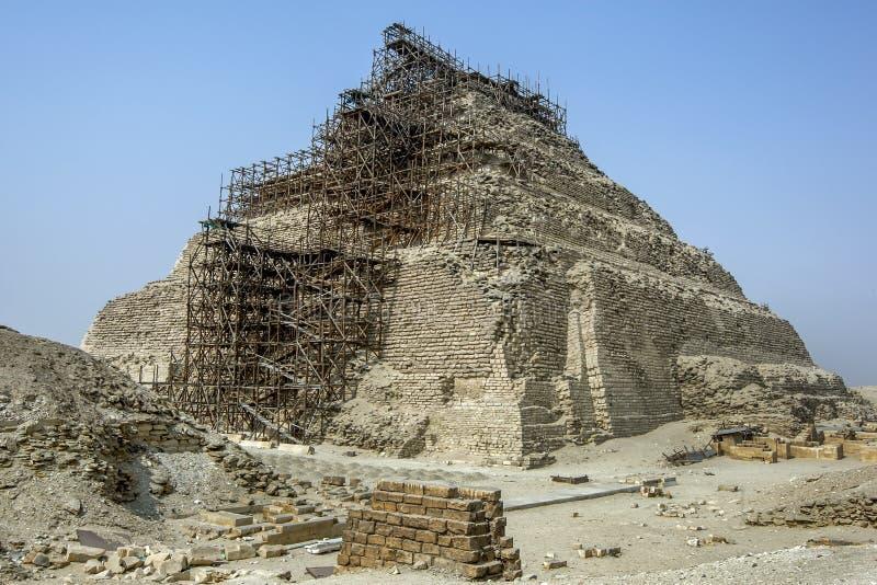 Andamio erigido adyacente a la pirámide del paso en Egipto foto de archivo