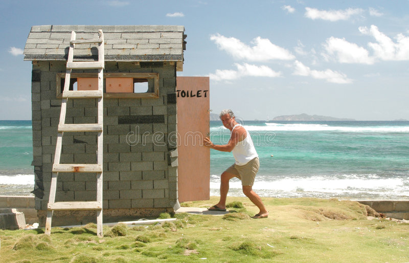Andando al outhouse fotografie stock