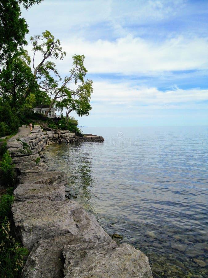 Andando ao longo do Lago Ontário em Oakville bonito, Ontário, Canad imagens de stock