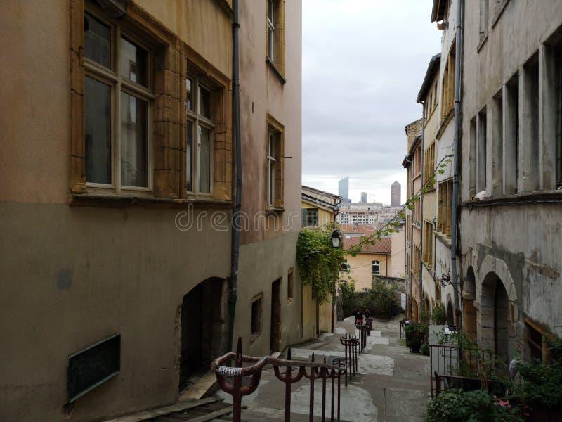 Andando as ruas velhas da vizinhança velha de Lyon em Lyon, França imagem de stock