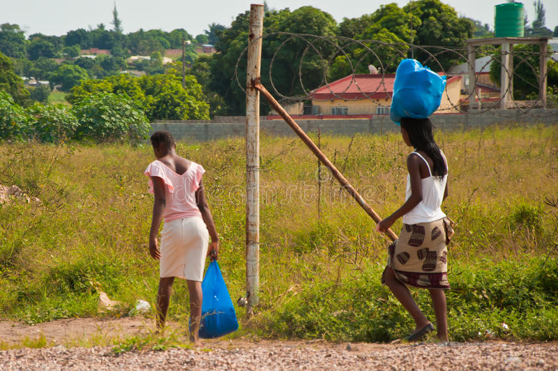 Andando a casa in Africa fotografie stock