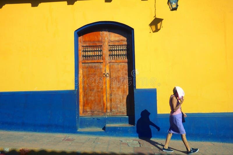 Andando em Leon, Nicarágua fotos de stock