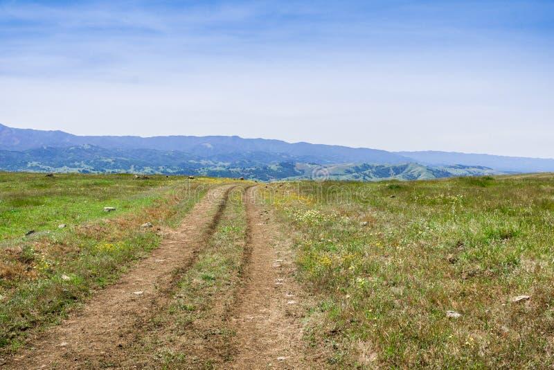 Andando/fuga de caminhada nos montes do sul San Francisco Bay, San Jose, Califórnia fotografia de stock