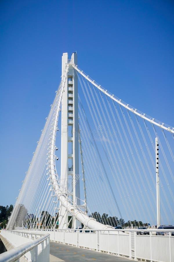 Andando na fuga nova da ponte da baía que vai de Oakland à ilha de Yerba Buena, San Francisco Bay, Califórnia imagem de stock royalty free