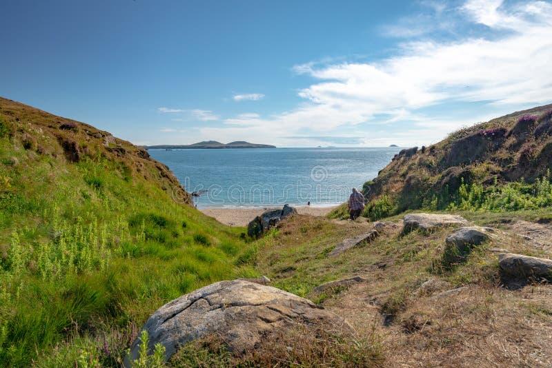 Andando para baixo à praia pequena de Saint Davids de Tyddewi, Gales fotos de stock royalty free