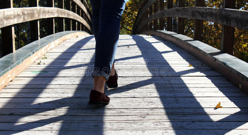 Andando a ponte imagem de stock royalty free