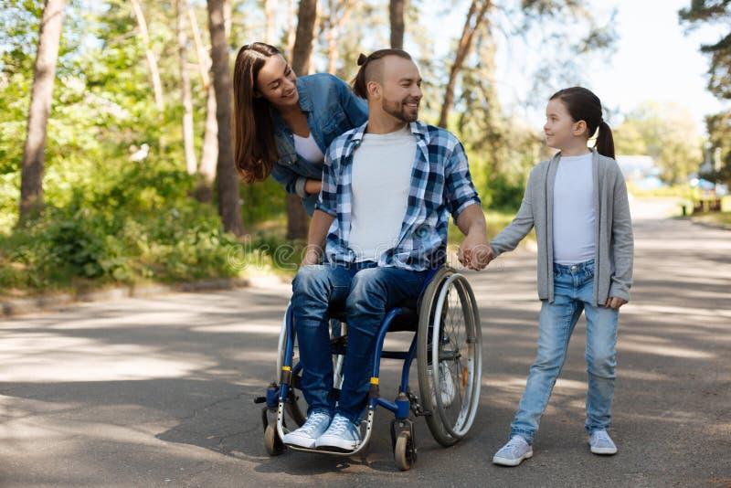 Andare a fare una passeggiata contentissimo positivo della famiglia fotografia stock