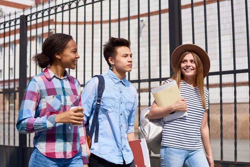 Andare a scuola degli adolescenti immagini stock libere da diritti