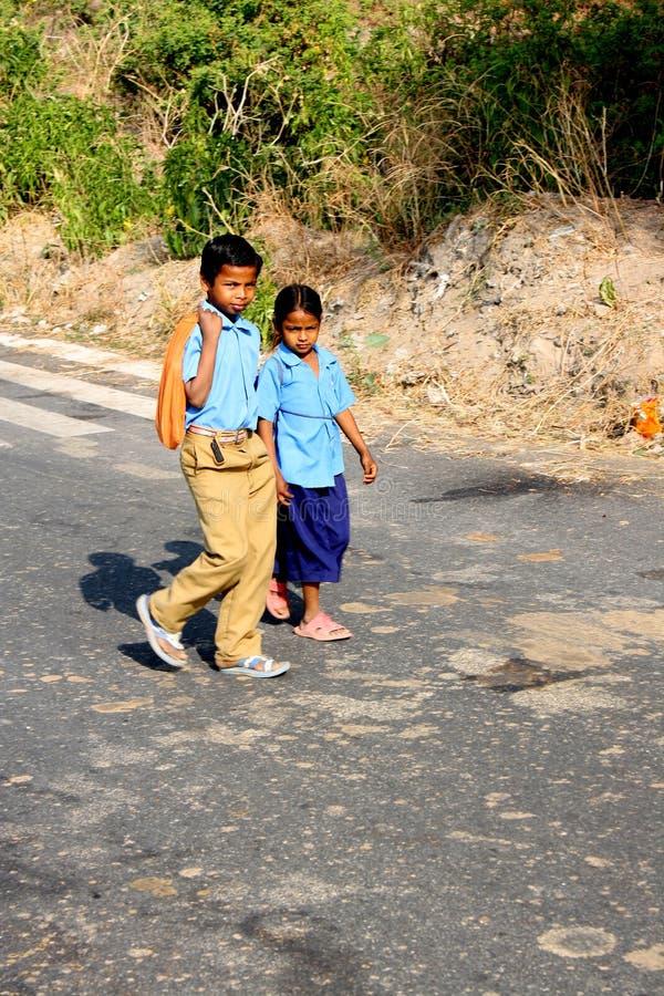 Andare a scuola del ragazzo e della ragazza del villaggio (l'India) immagine stock