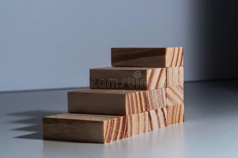 Andare su! Scale isolate del blocco che conducono a nessuna parte fotografie stock