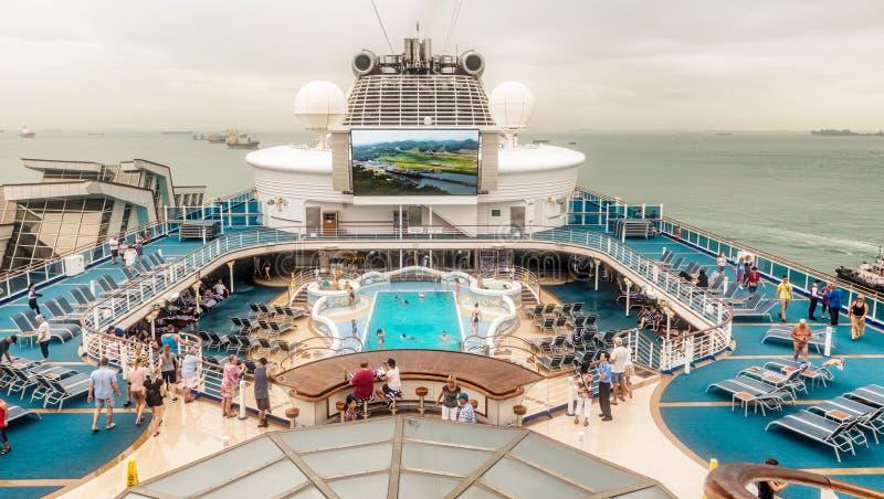 Andares superiores no cruiseship moderno imagens de stock