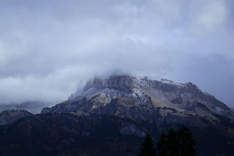 Download Andclouds della montagna immagine stock. Immagine di neve - 117978423