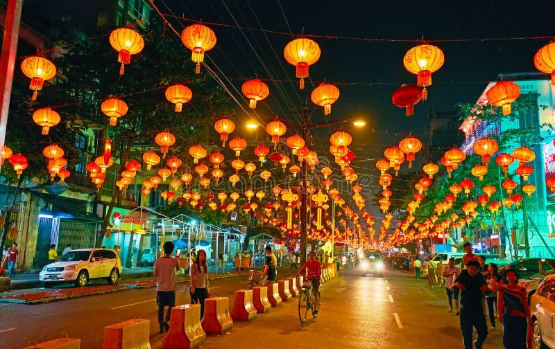 Ande sob lanternas do festival de mola, Yangon, Myanmar fotografia de stock