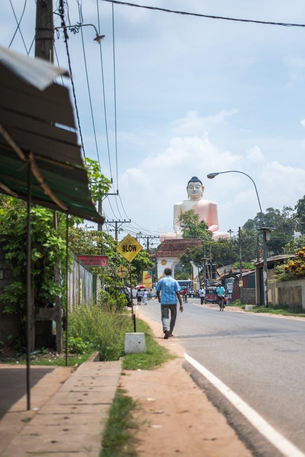 Ande Viharaya är den största Buddhastatyn med en rosa udde över en skuldra arkivfoton