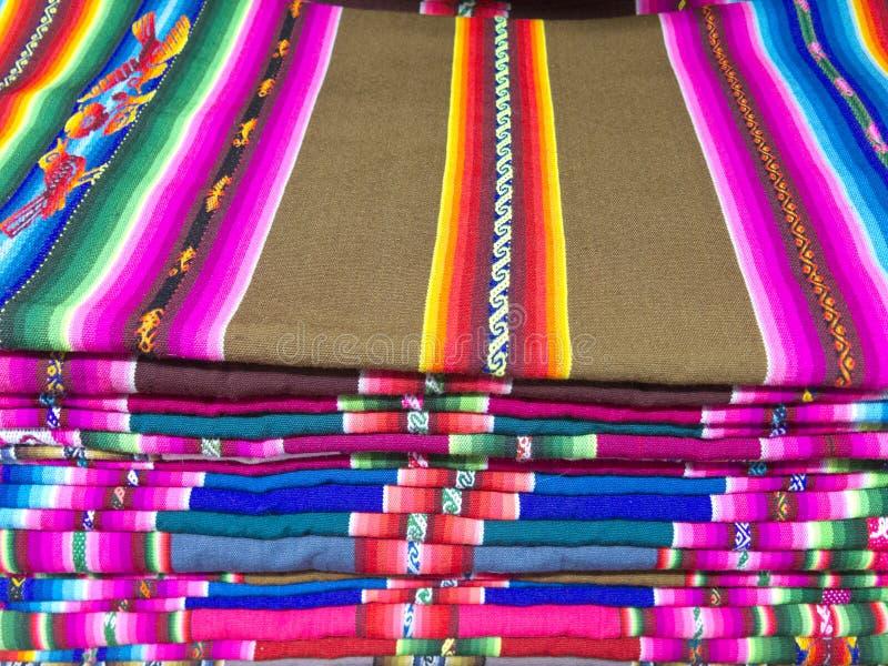 Andean filtar i en marknad, La Paz, Bolivia royaltyfri bild