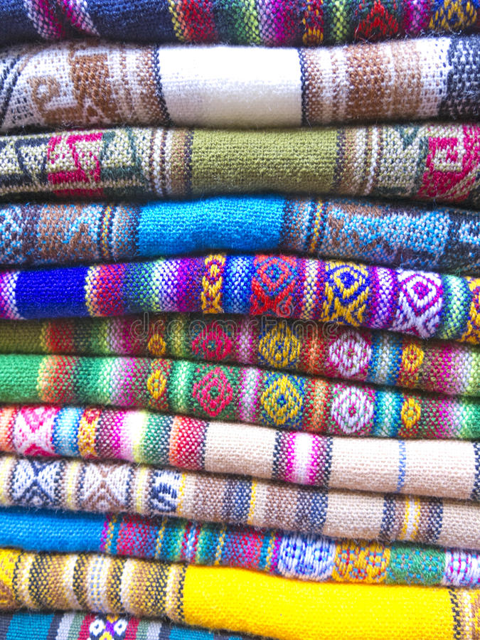 Andean filtar i en marknad, La Paz, Bolivia arkivfoto