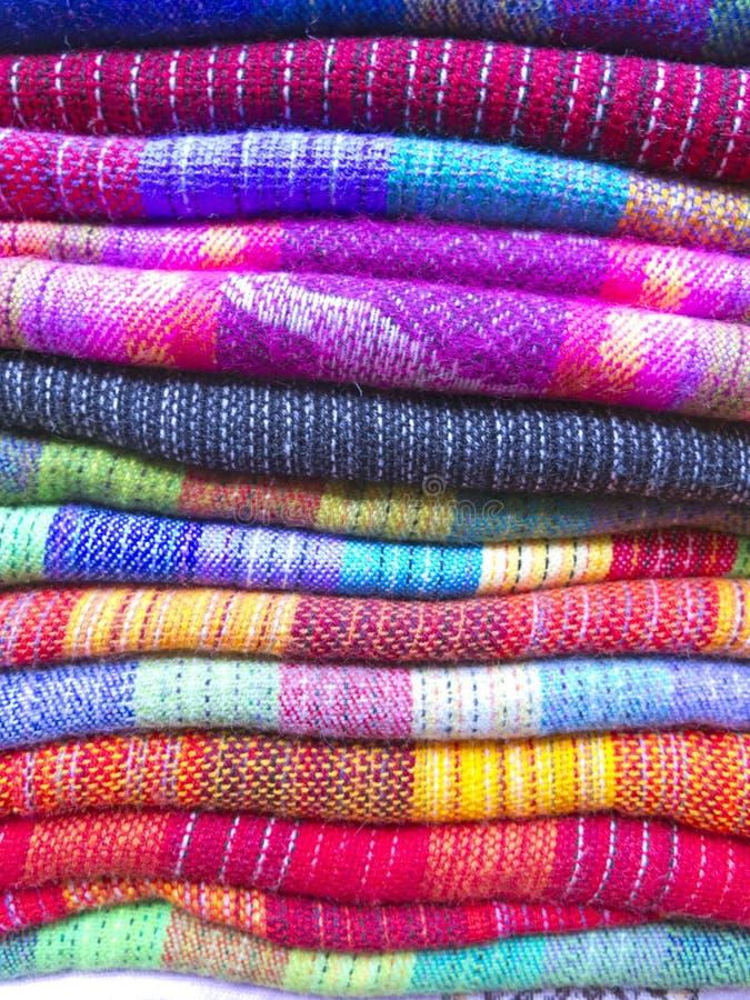 Andean filtar i en marknad, La Paz, Bolivia arkivfoton