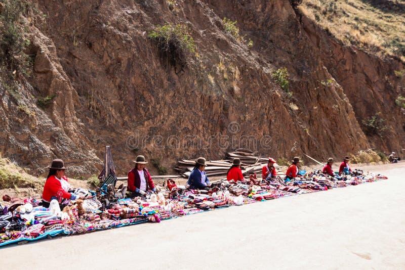 Andean kvinnor som säljer souvenir i Cusco, Peru arkivfoton