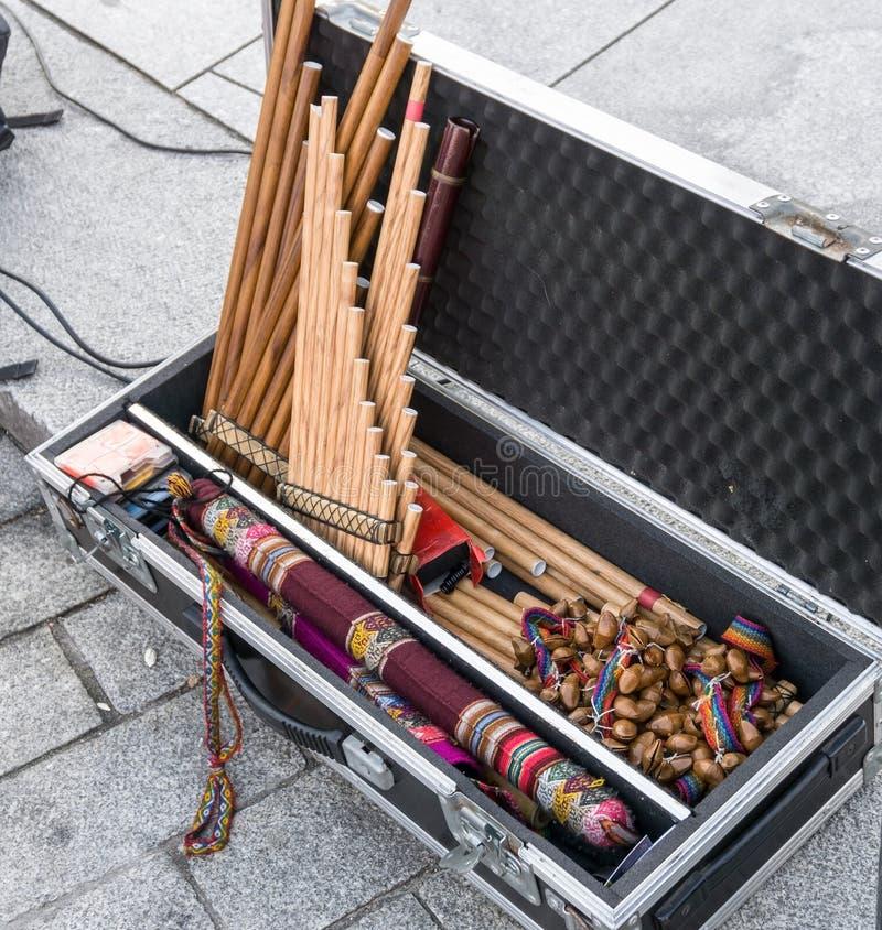 Andean musikinstrument i fall att på gatan royaltyfria foton